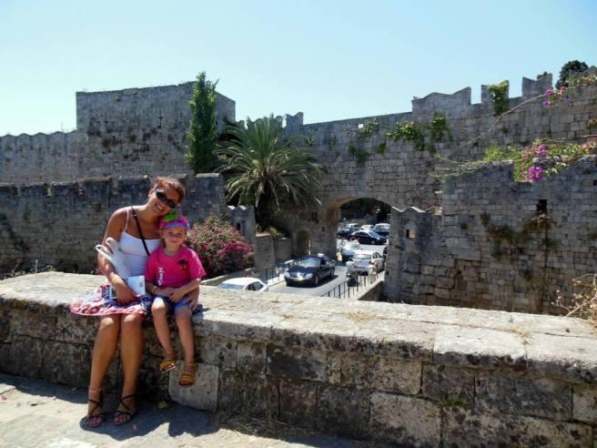 Aan een toegangspoort naar de oude stad