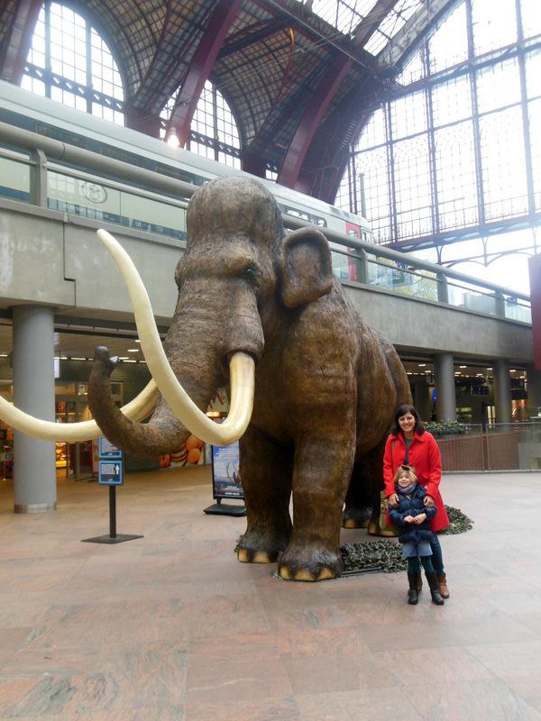 Grote mammoet in het station