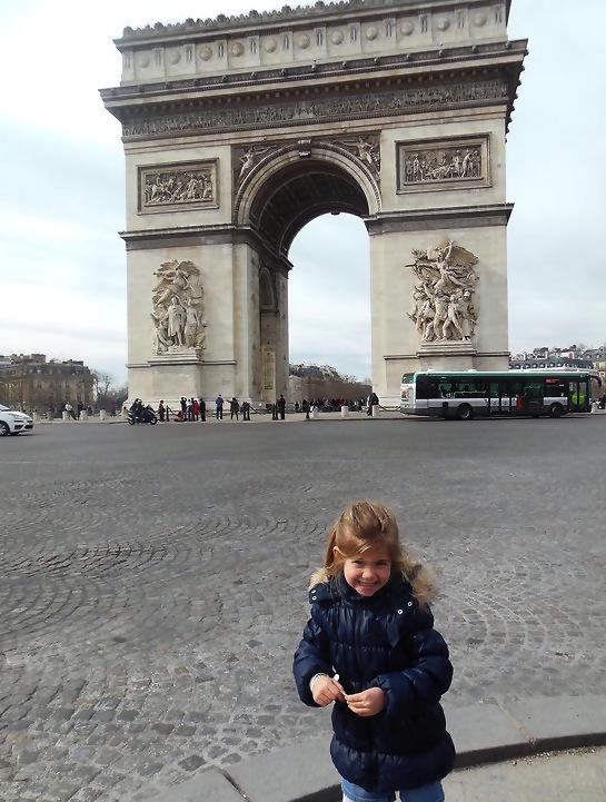 Ons zicht toen we de metro uitstapten: Arc De Triomphe