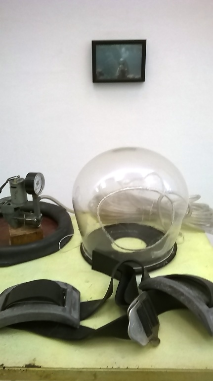 Panamarenko ontwikkelde ook een eigen 'duikpak'. Op de foto was te zien hoe hij deze testte.