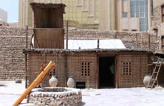 Traditioneel huisje uit de regio met de windtoren als koeling.